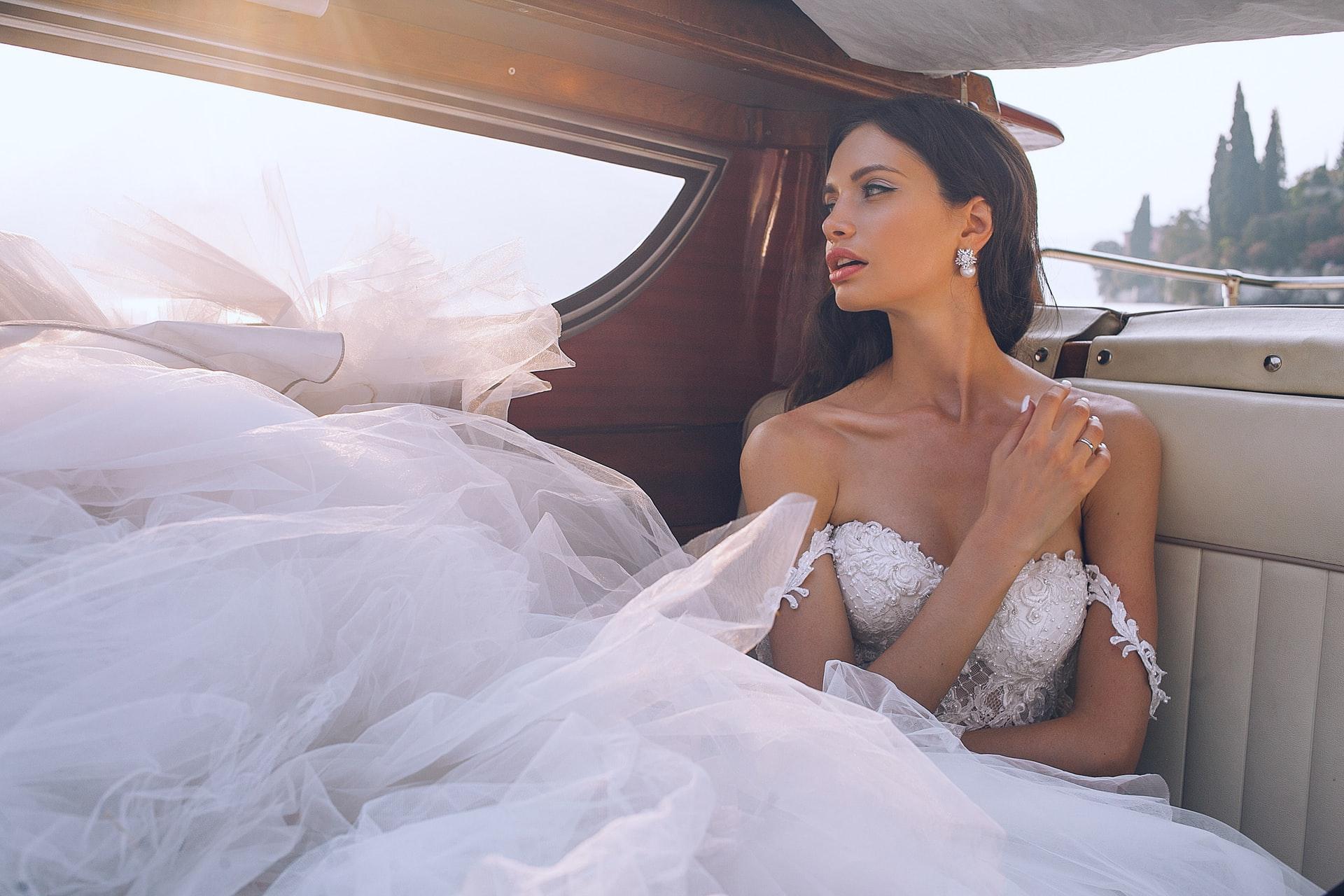 Elisabetta Franchi conquista il mondo con la sua affascinante ed elegante moda italiana, impeccabilmente curata.